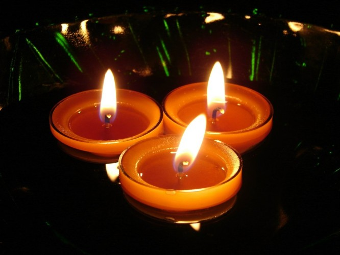 floating_candles_Low Cost Diwali Decoration Ideas